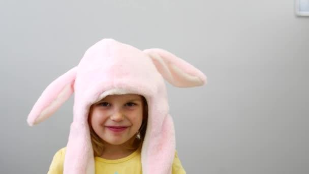 Portrét dívky v veselém klobouku. Klobouk s pohyblivýma ušima