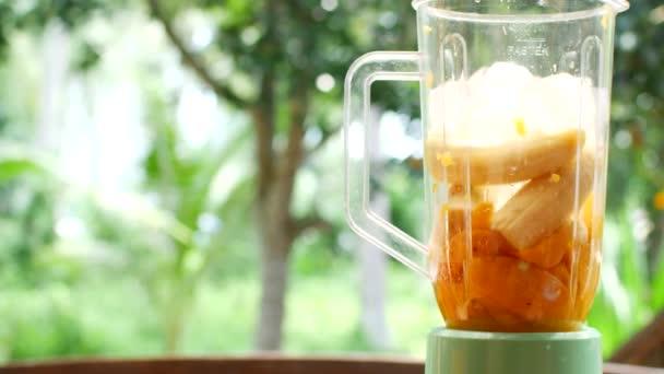 V mixéru se ovoce rozemele do čerstvého, zdravého koktejlu