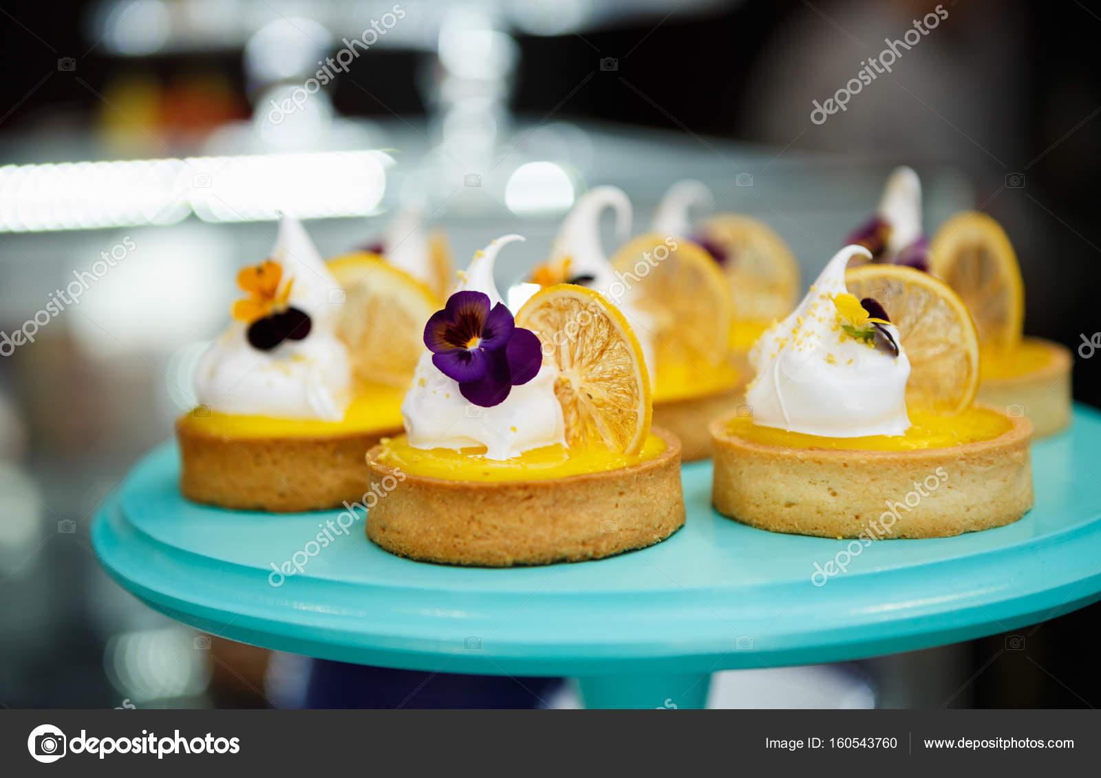 Schone Kleine Torte Torte Mit Zitrusfruchten Keks Creme