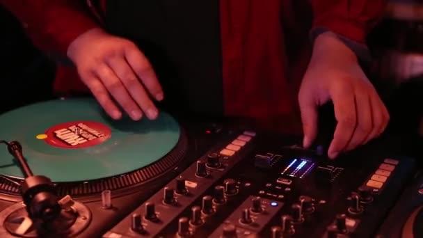 Kijev-10 Október, 2019: Hip hop dj kaparja bakelitlemezek retro analóg lemezjátszók.Professzionális lemez zsoké audio berendezés.Retro Vestax Pdx viszont asztali lejátszó és Ortofon Concorde gömb alakú tű
