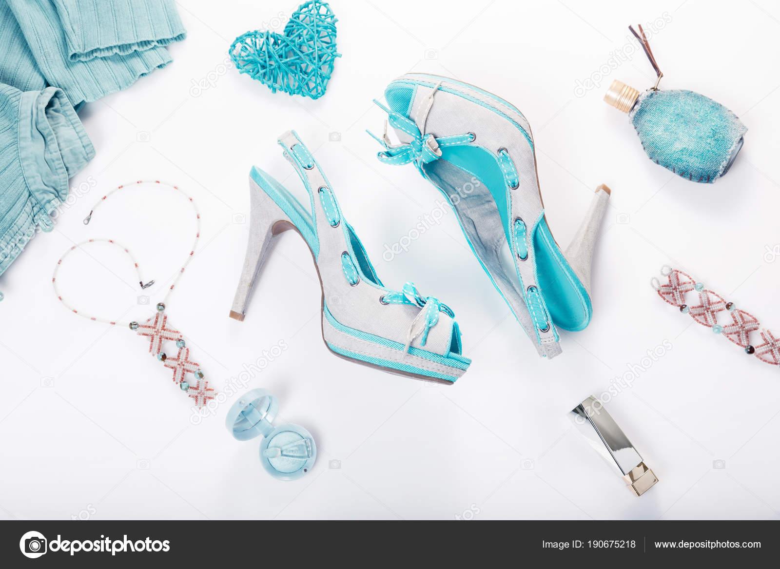 818b81bd67 Nyári utcai csípő stílus. Divat lány ruhák kiegészítők fehér háttér. Takács  Sarolta kék nyári farmer cipő, ruházati, ékszerek, kozmetikumok, parfümök.