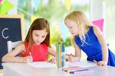 Fényképek színes ceruza rajz nővérek