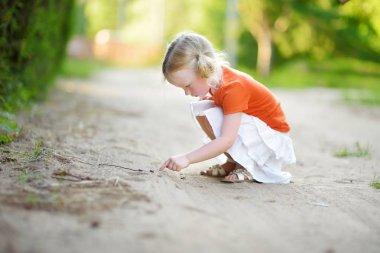 Little girl catching little babyfrogs