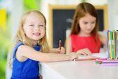 Fényképek Két aranyos kis nővérek rajz