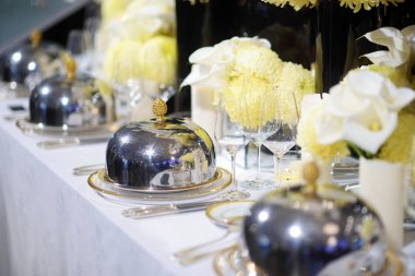 Beautiful table setting with crockery and flowers