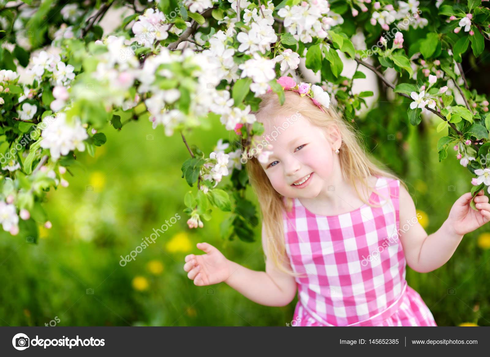 Sinnliche junge Mädchen posiert im Freien