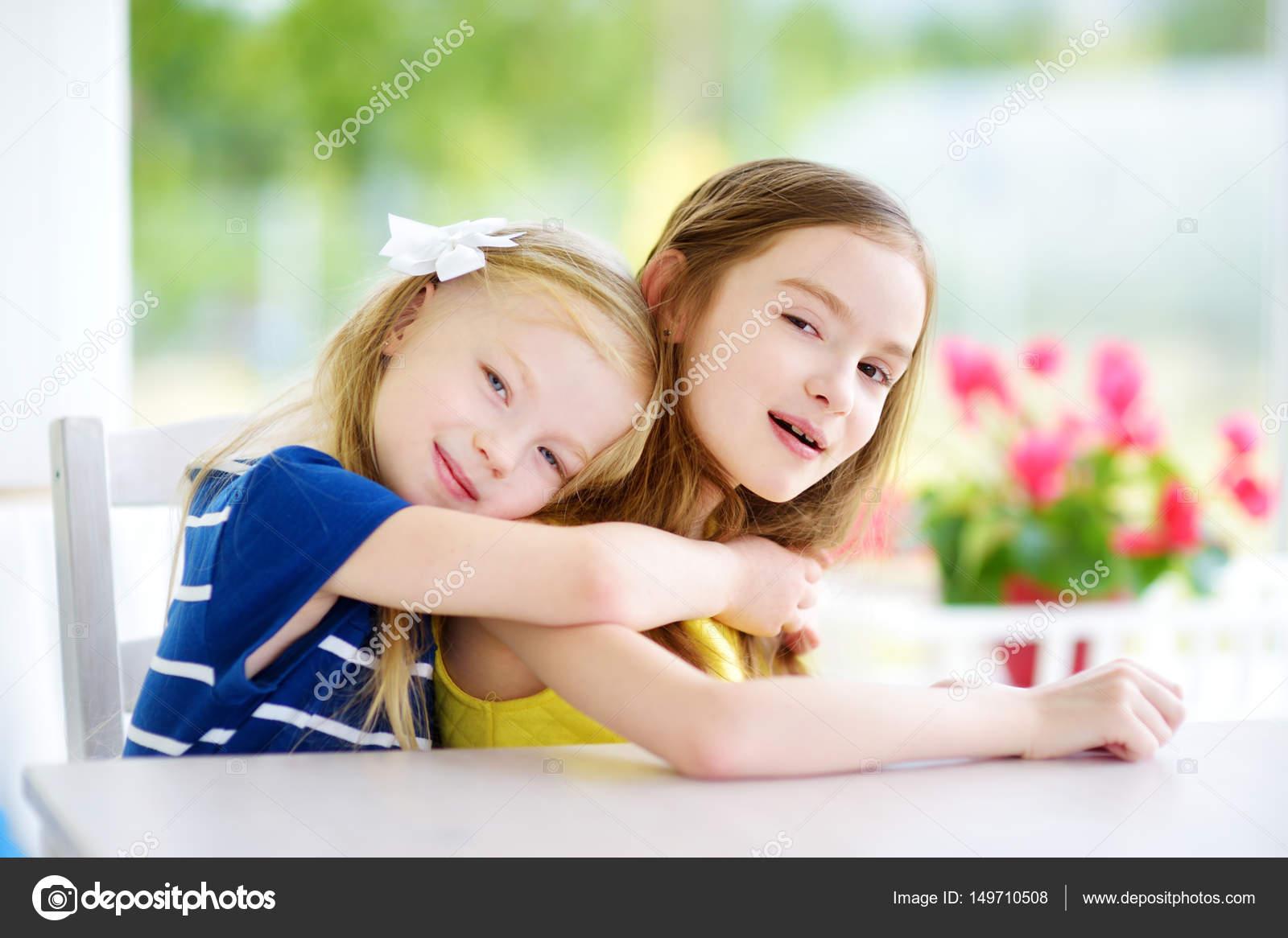 f32d3cb8bcc92 zwei süße kleine Schwestern zu Hause — Stockfoto © maximkabb  149710508