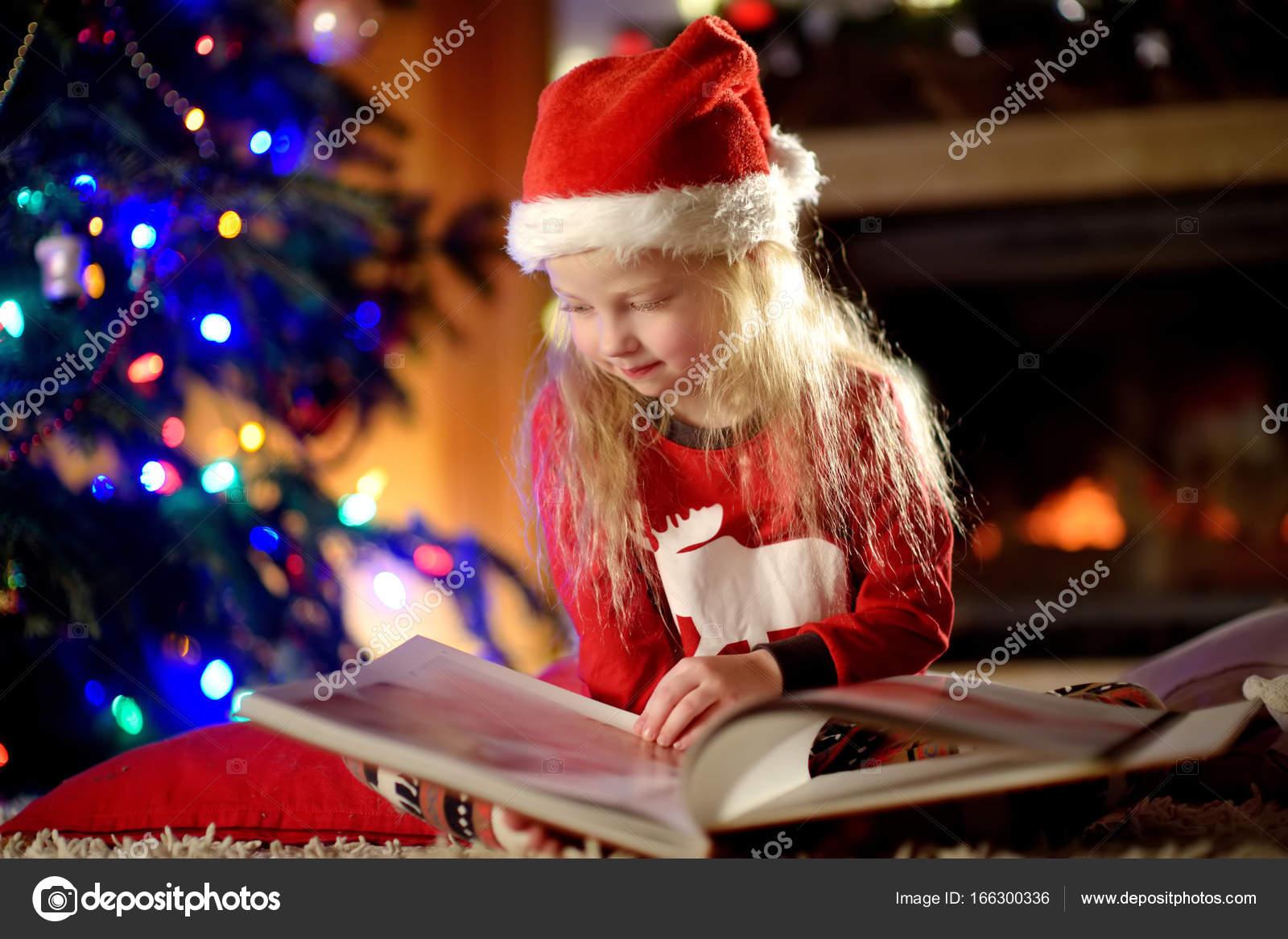 kleines Mädchen Buch zu Weihnachten — Stockfoto © maximkabb #166300336