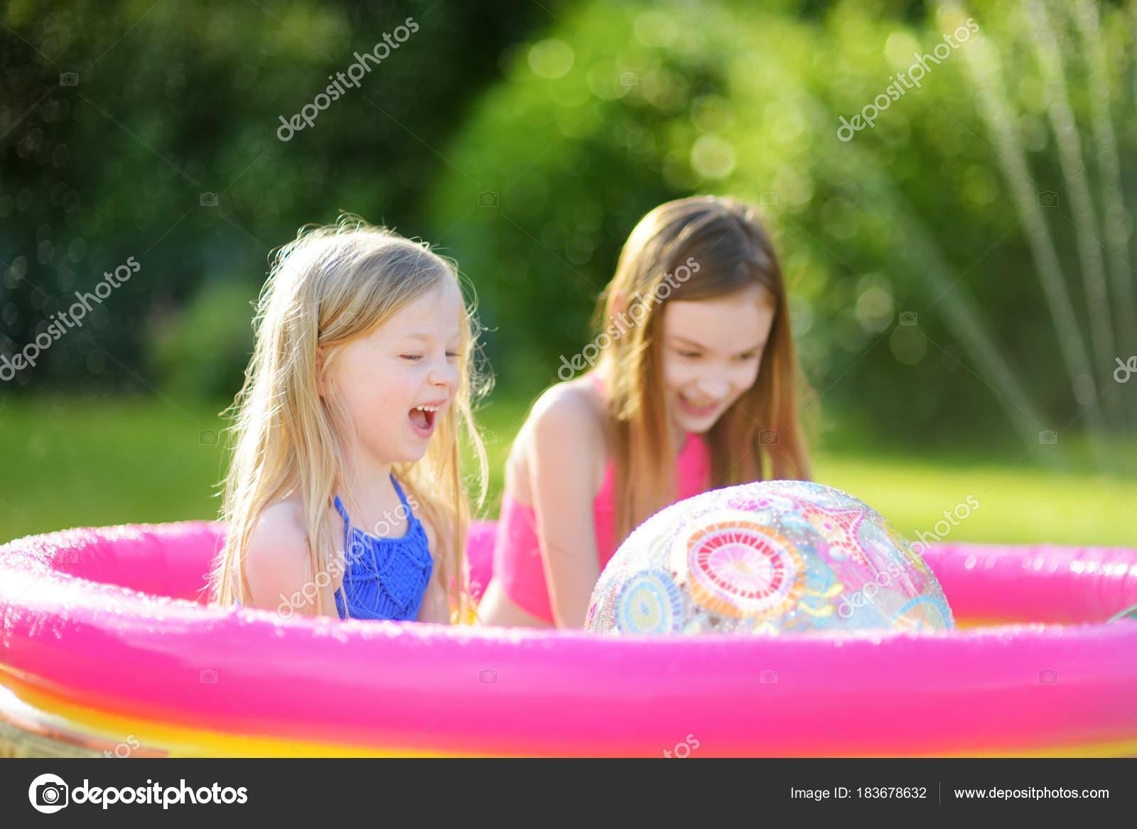 Adorables ni as jugando piscina inflable del beb ni os for Piscina inflable ninos