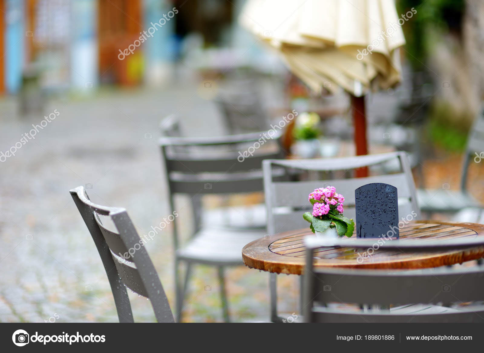 Terras Stoelen Tafels.Stoelen Tafels Met Roze Bloemen Boeket Terras Stockfoto