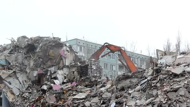 Demolice budovy v městském prostředí s těžkými stroji