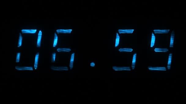 Digitális órát mutat a idő-ból 06 óra 59 perc 07 óra 00 perc