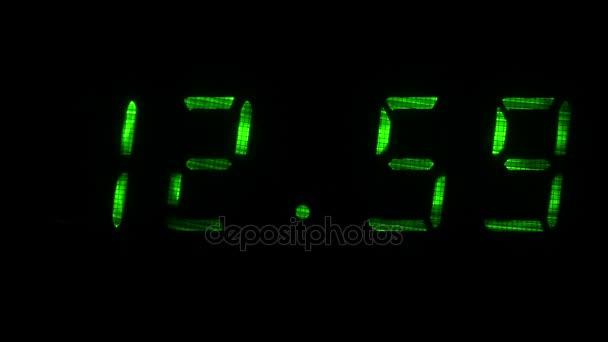 Digitális óra mutatja az idő 12 óra 59 perc 13 óra 00 perc