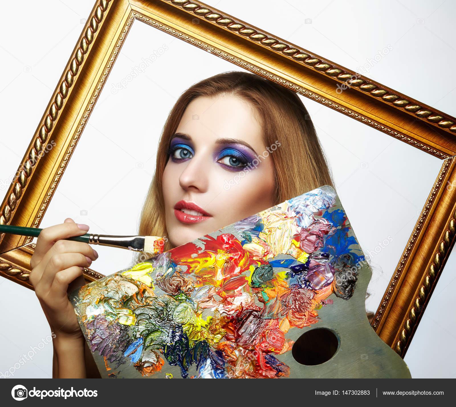 Junge Malerin im Goldrahmen mit Farbpalette und Farbe — Stockfoto ...