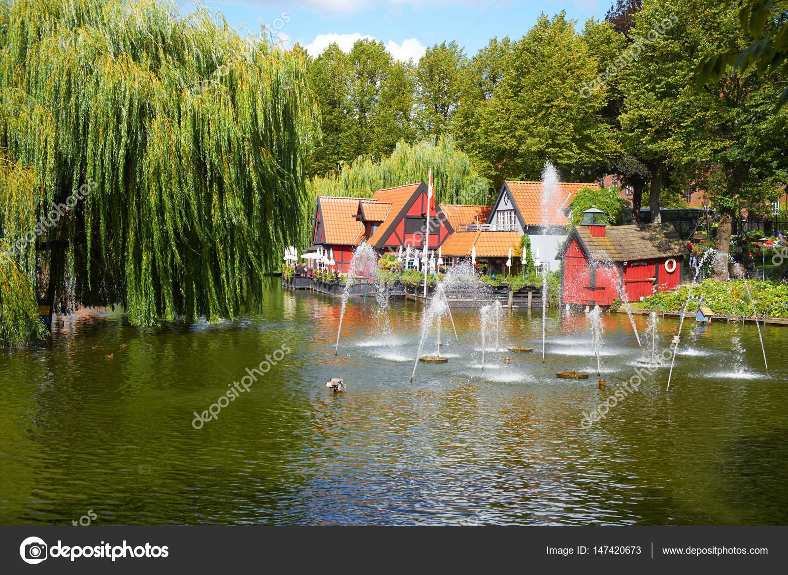 Un Hermoso Estanque Con Fuente En Los Jardines De Tivoli En