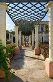 Průchod kolonády s pergolou v zahradě velký Villa