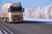 Nákladní vůz Volvo na silnici M52 Chuysky traktu v zimní sezóně
