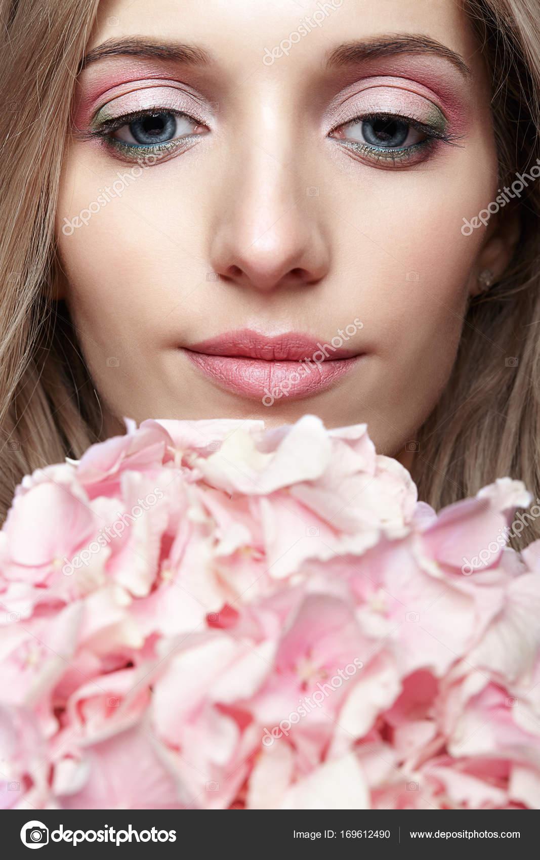Фото женских лиц с цветами