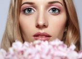 Vértes portré fiatal szépség női arc, szőke haj, és