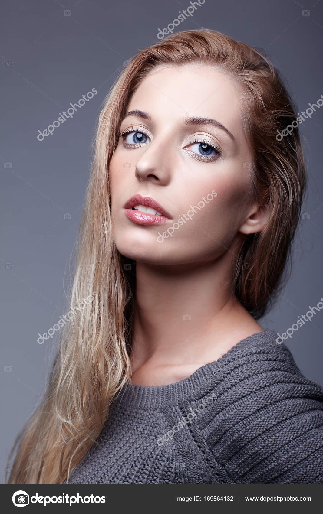 2d3730e2e39b Πορτρέτο της νεαρής γυναίκας σε γκρι μάλλινο πουλόβερ. Όμορφο κορίτσι σ — Φωτογραφία  Αρχείου