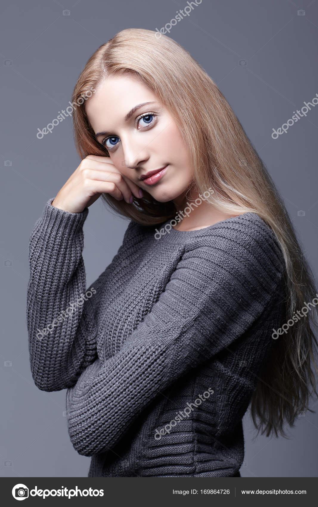 ba89e97a76b4 Προσωπογραφία νεαρής γυναίκας ρομαντικά σε γκρι μάλλινο πουλόβερ. Έ — Φωτογραφία  Αρχείου