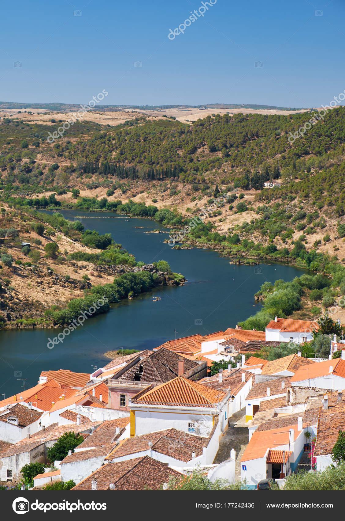 Ansicht des Guadiana Flussschleife und Wohnhäuser von Mértola ci ...