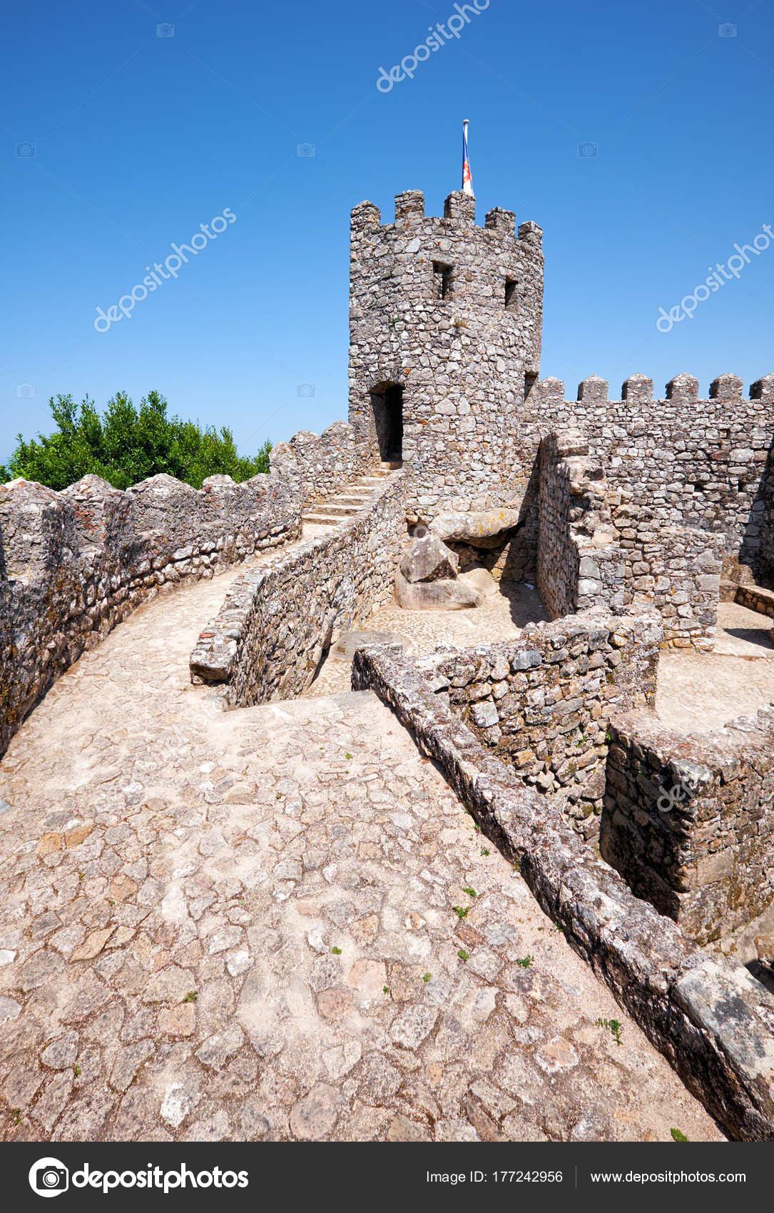 02df8824 Ściany osłonowe i stałe wieży zamku Maurów. S — Zdjęcie stockowe ...