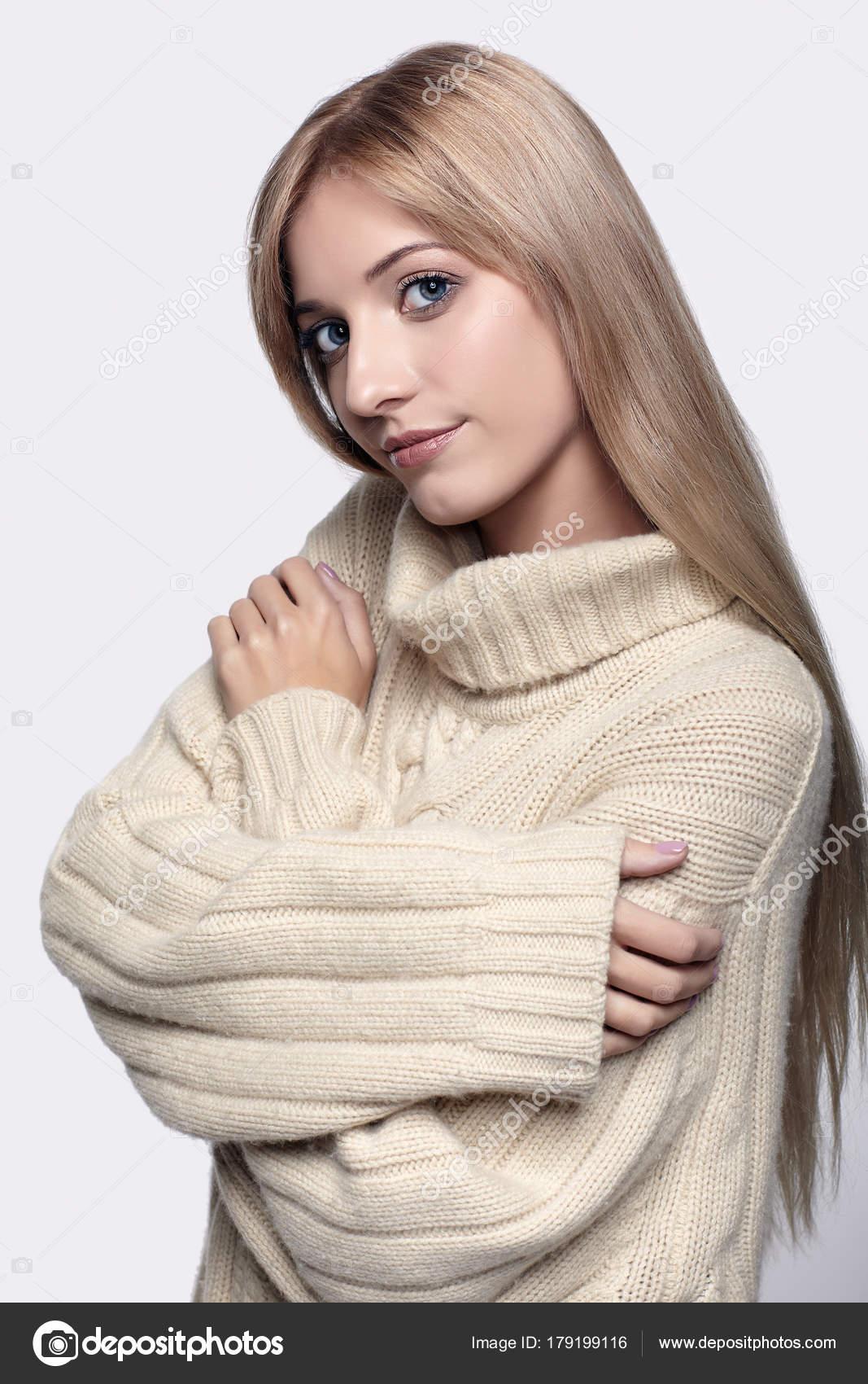 szőke nő Kasmír pulóver — Stock Fotó © zastavkin  179199116 e70069a4a1