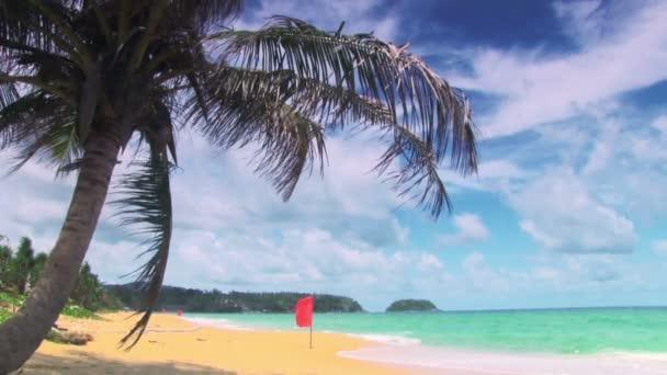 Tropická pláž s červené vlajky