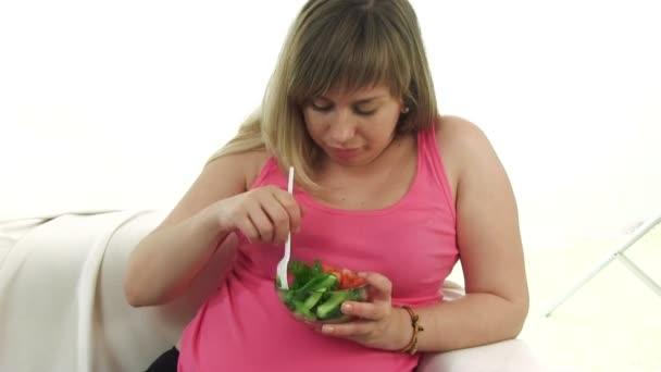 těhotná blondýna žena jíst salát