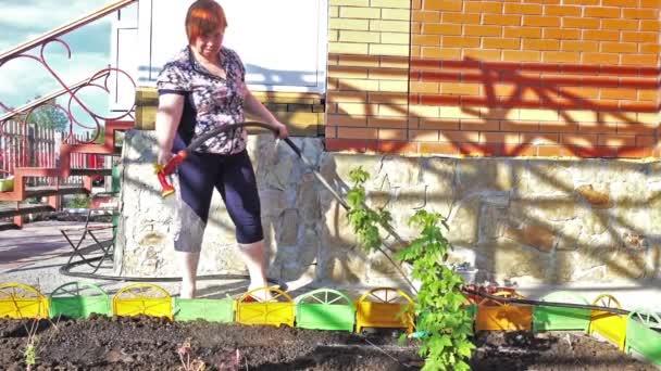 žena zahradník zalévání rostlin