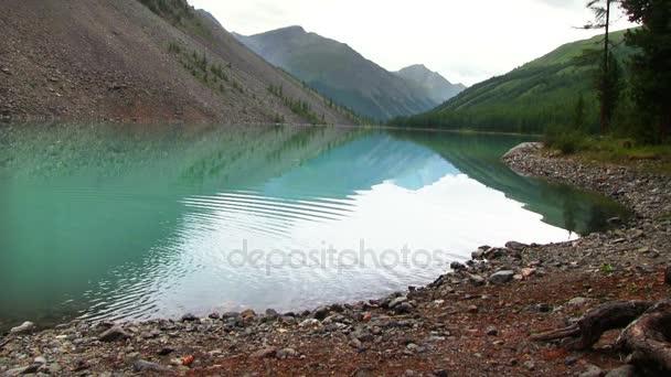 tó tükrözi a hegyek