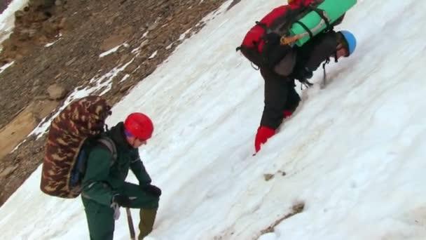Turistika v zasněžených horách horolezci