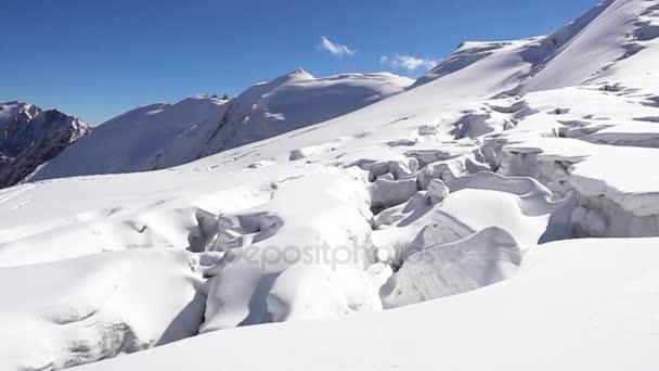 Malebná krajina zasněžené pohoří Altaj