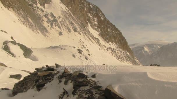 hóval borított hegyek