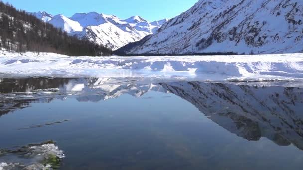Zimní krajina s horské jezero