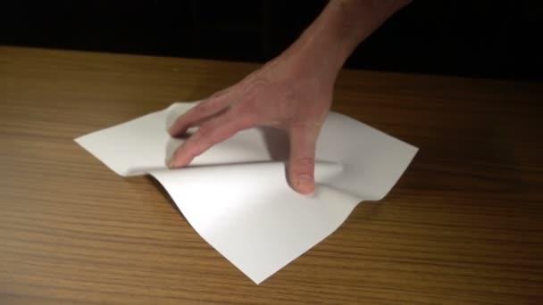 mužské ruky, mačkání papíru list a házet na dřevěný stůl