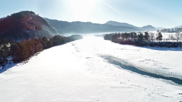 légi kilátás csodálatos havas téli táj folyó