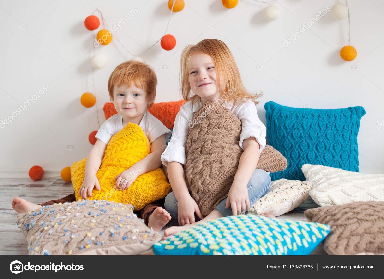 Roodharige kinderen onder de kussens u stockfoto leadenpork