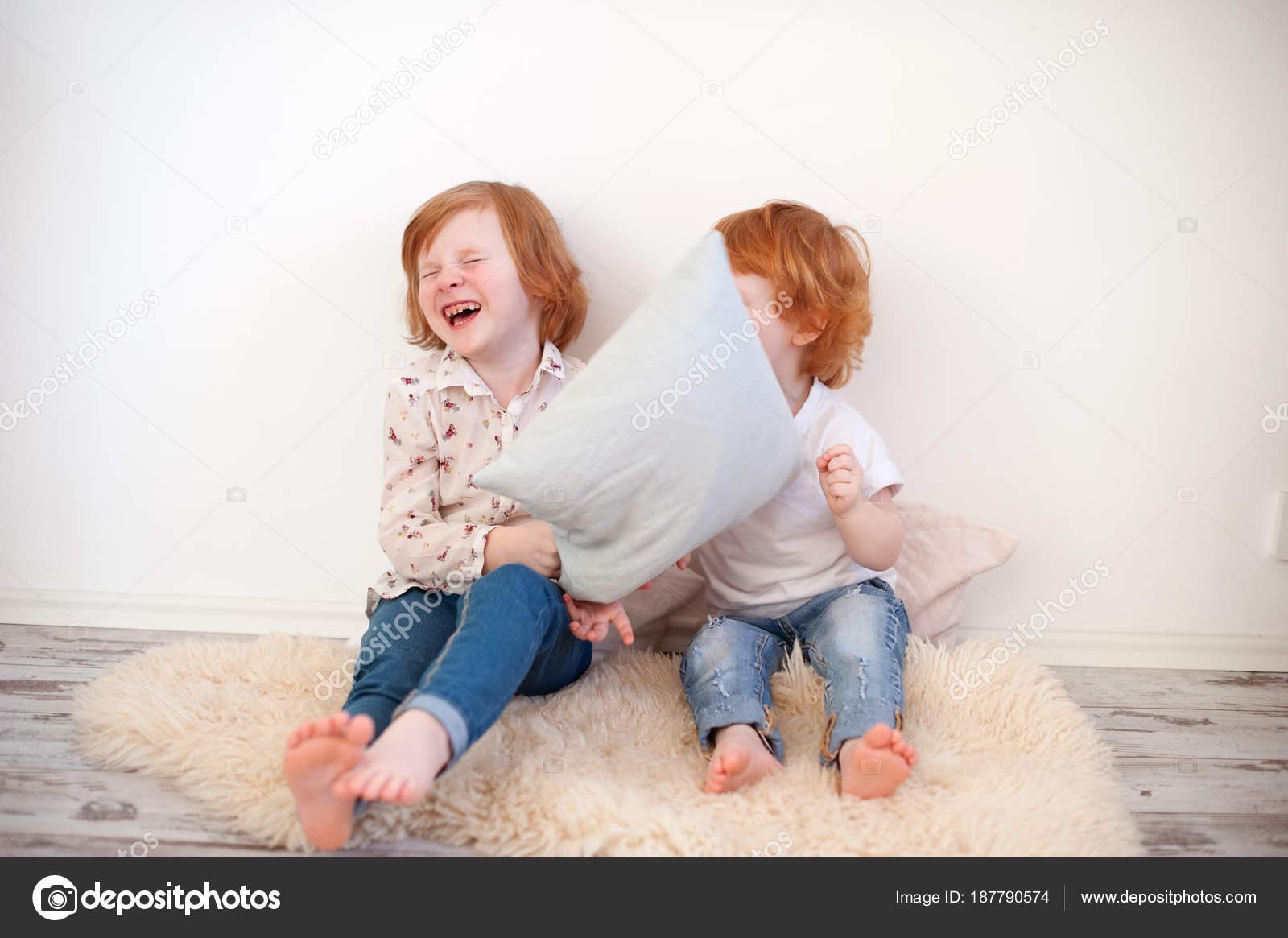 Kussens van roodharige kinderen gooien kamer u stockfoto