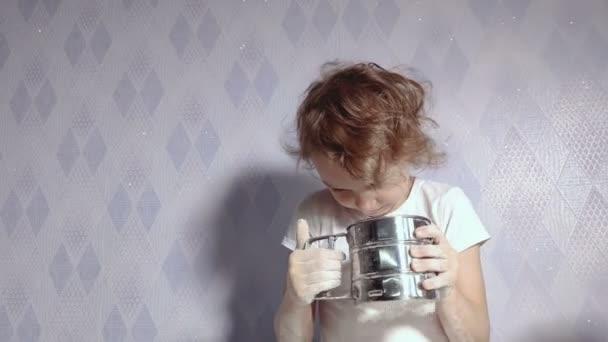 dívka v kuchyni šití mouky