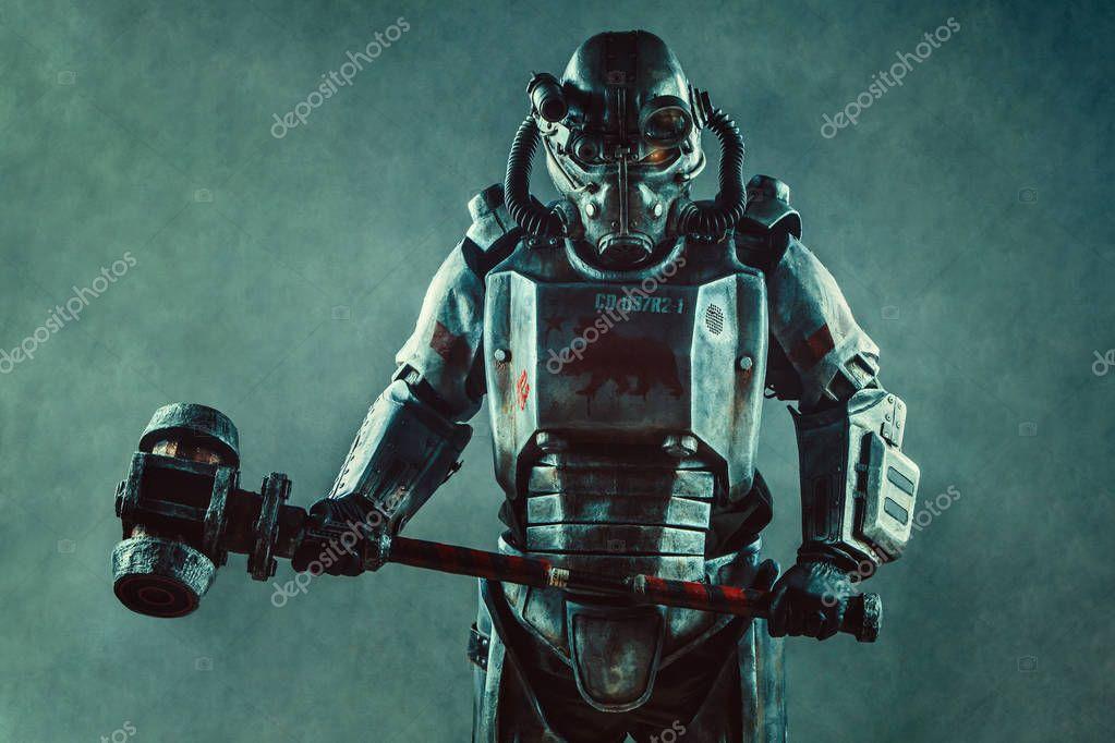 Armure Futuriste soldat futuriste dans l'armure en acier avec le hummer punk cyber