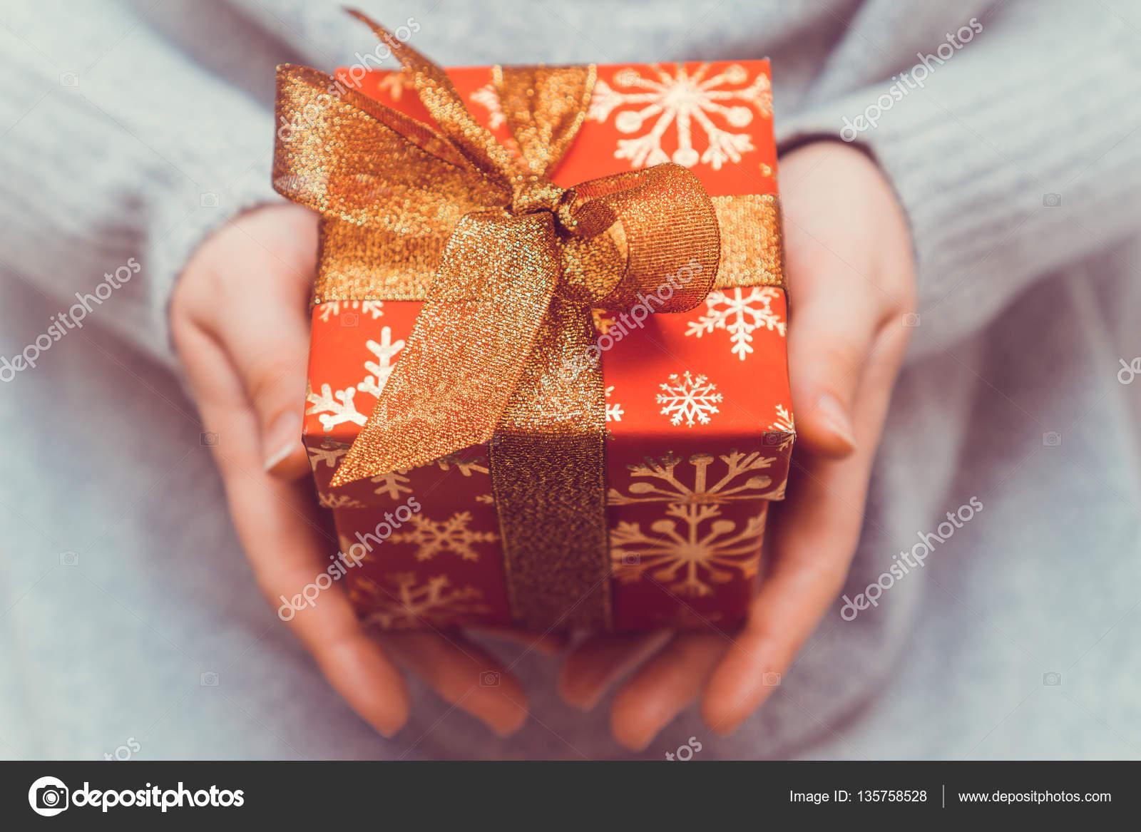 Frau, die rote Weihnachts-Geschenk-Box mit Goldband für Vorbereitung ...