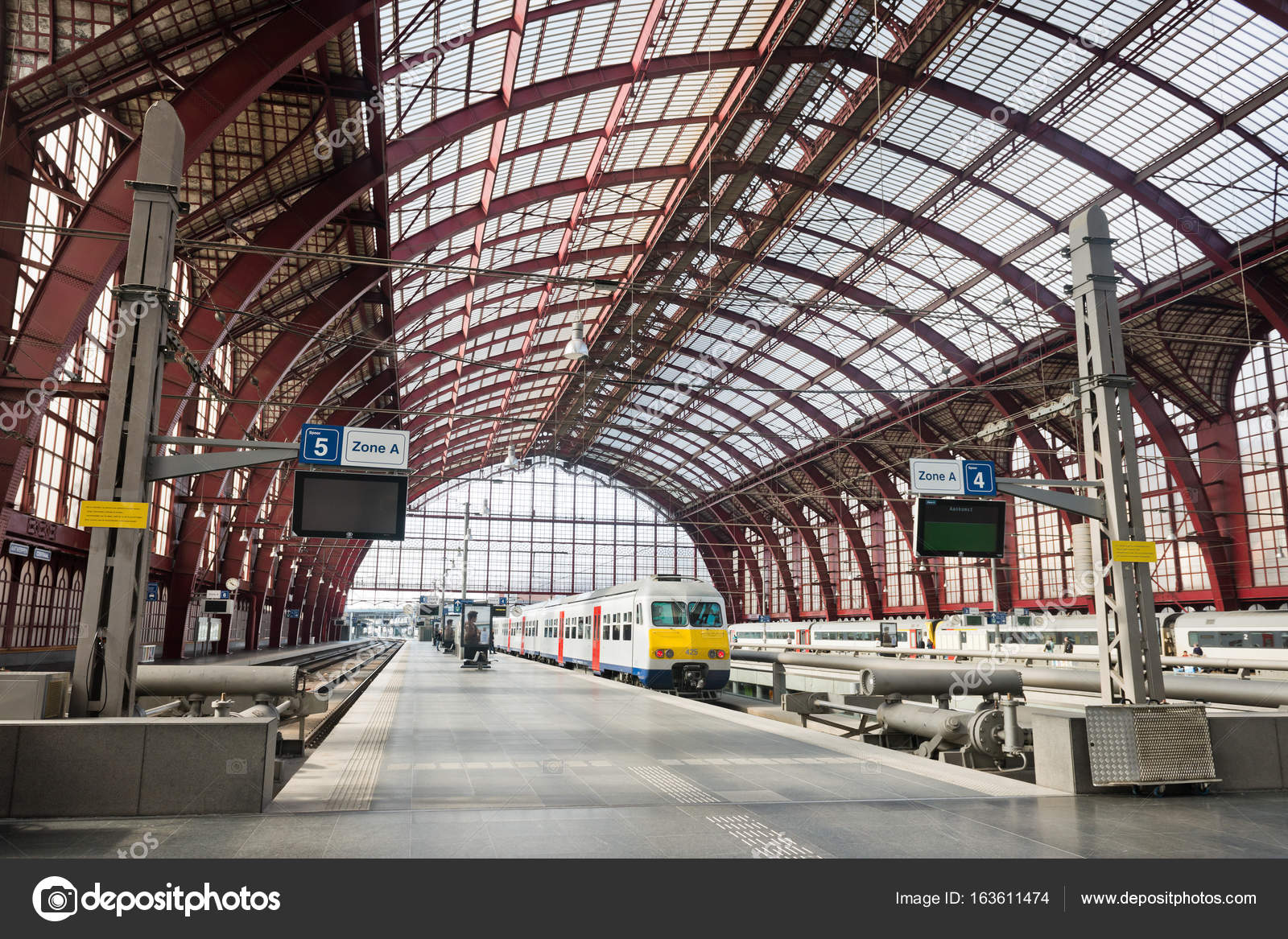 Innere des Antwerpen Hauptbahnhof — Redaktionelles Stockfoto ...