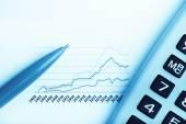 finanční zpráva s Kalkulačka a pera