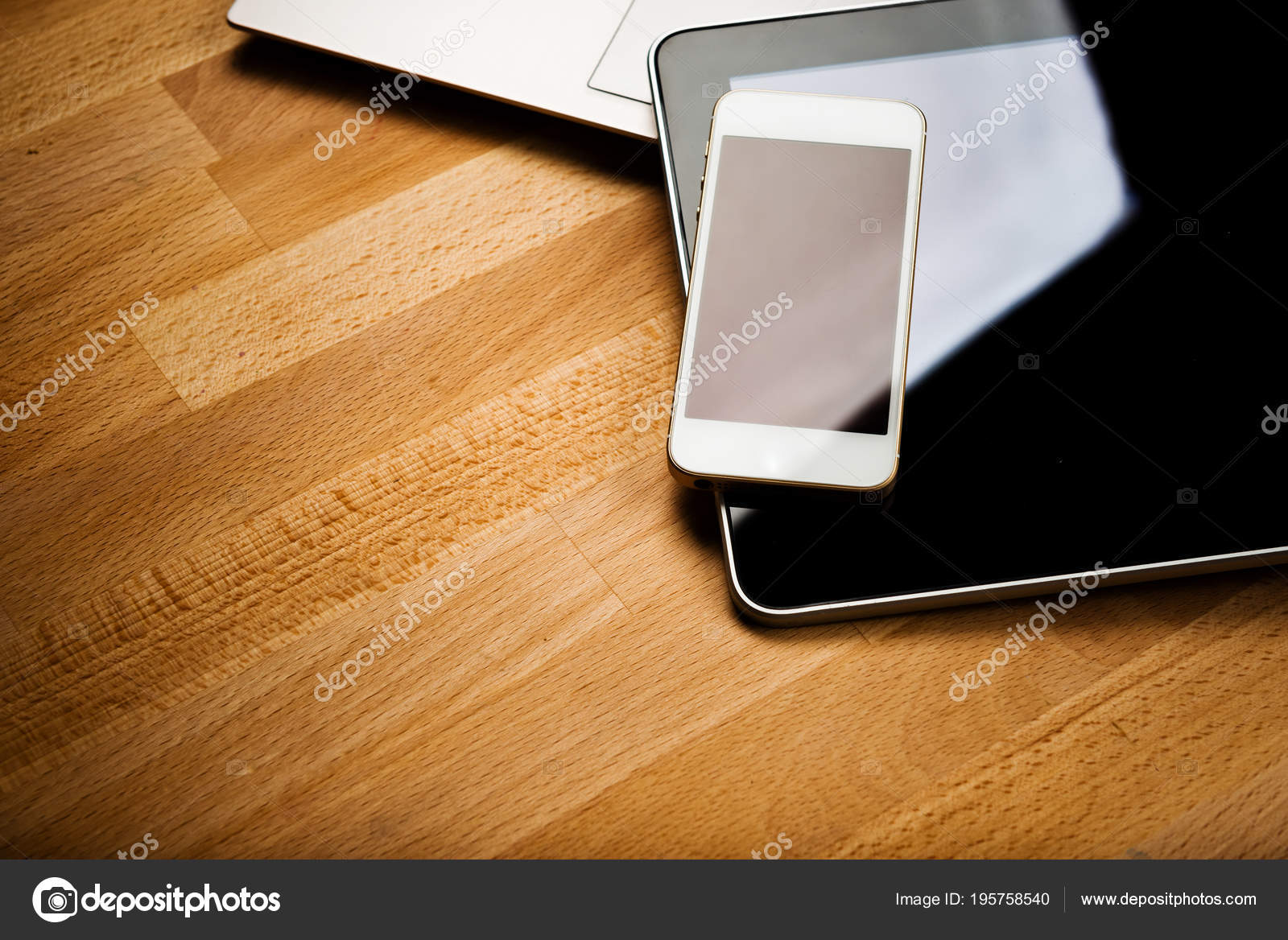 Ordinateur portable avec smartphone tablette ordinateur bureau