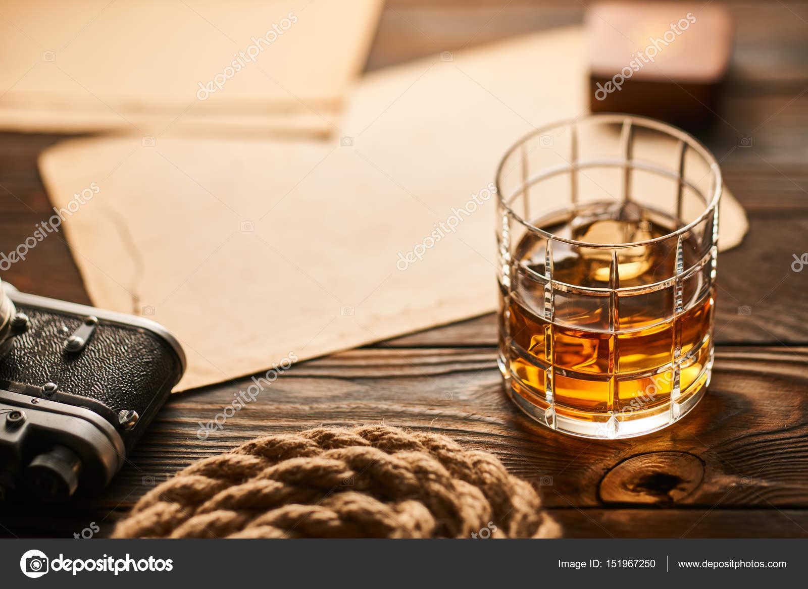 távolságmérő térkép Régi távolságmérő kamera és whiskey — Stock Fotó © haveseen #151967250 távolságmérő térkép