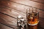 Fotografie sklenici whisky s ledem