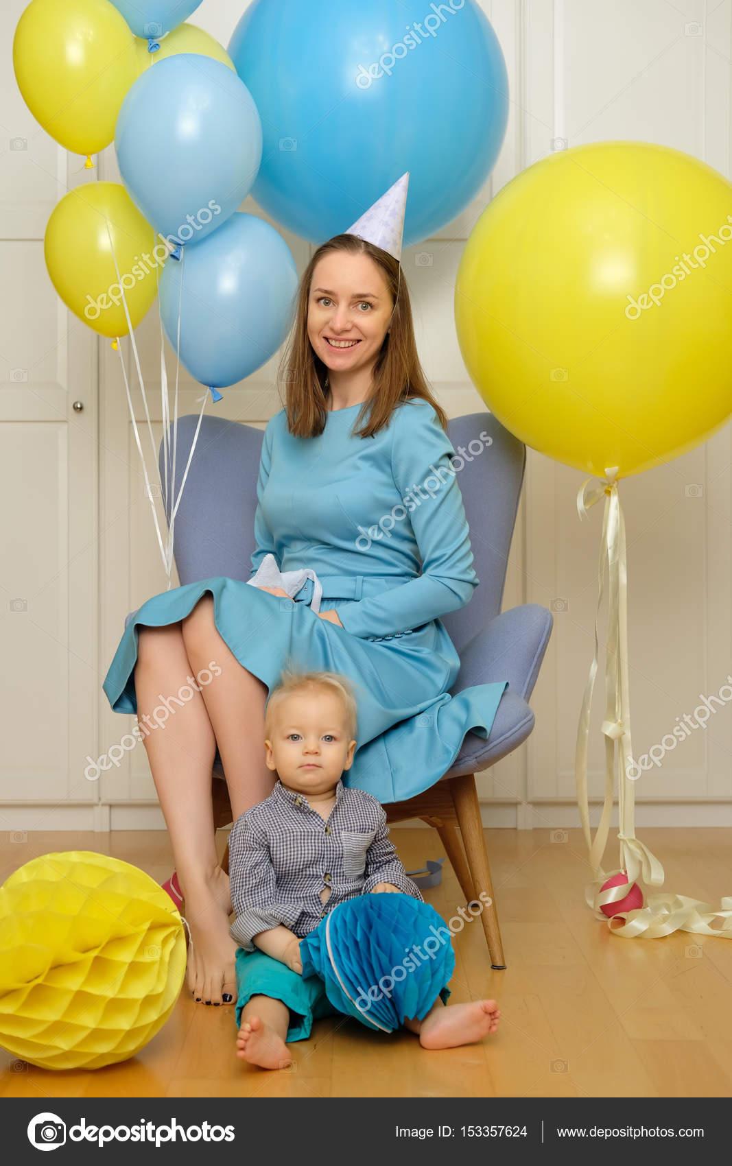 Verjaardag Peuter.Peuter Kind Met Moeder Zitten In De Stoel Stockfoto
