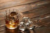 Pohár whiskyt a jégkockát